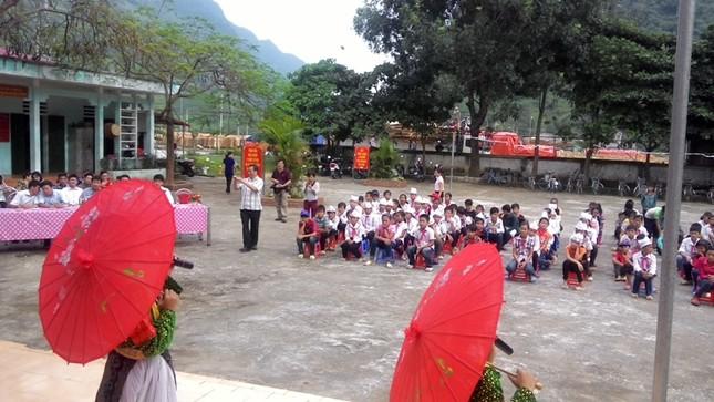 Tặng sách vở và chăn ấm cho học sinh biên giới Hà Giang ảnh 10