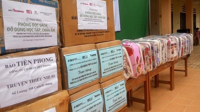 Tặng sách vở và chăn ấm cho học sinh biên giới Hà Giang ảnh 11