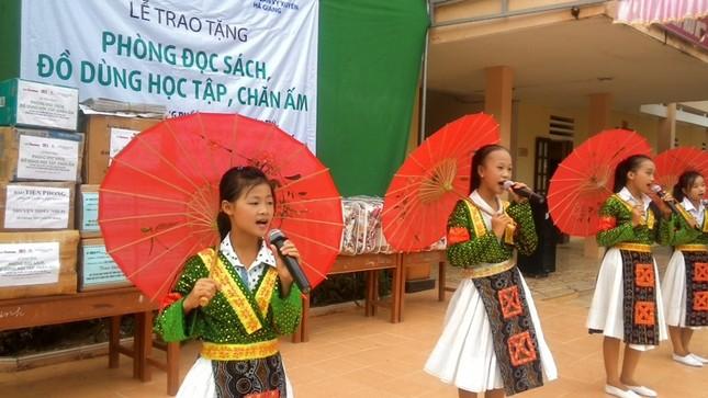 Tặng sách vở và chăn ấm cho học sinh biên giới Hà Giang ảnh 12