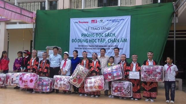 Tặng sách vở và chăn ấm cho học sinh biên giới Hà Giang ảnh 1