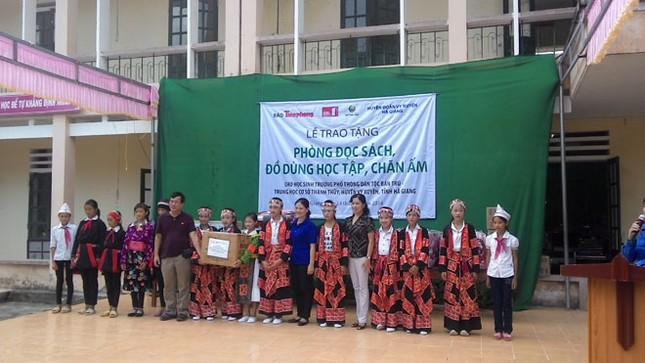 Tặng sách vở và chăn ấm cho học sinh biên giới Hà Giang ảnh 3