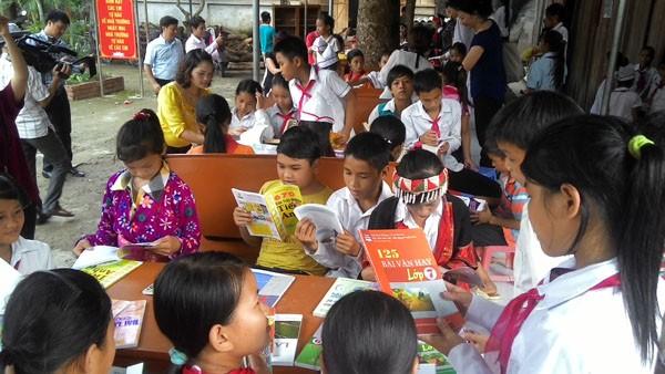 Tặng sách vở và chăn ấm cho học sinh biên giới Hà Giang ảnh 7