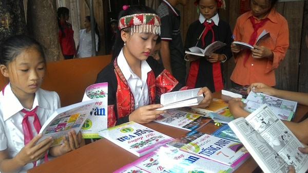 Tặng sách vở và chăn ấm cho học sinh biên giới Hà Giang ảnh 6
