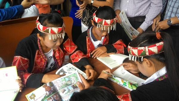 Tặng sách vở và chăn ấm cho học sinh biên giới Hà Giang ảnh 5