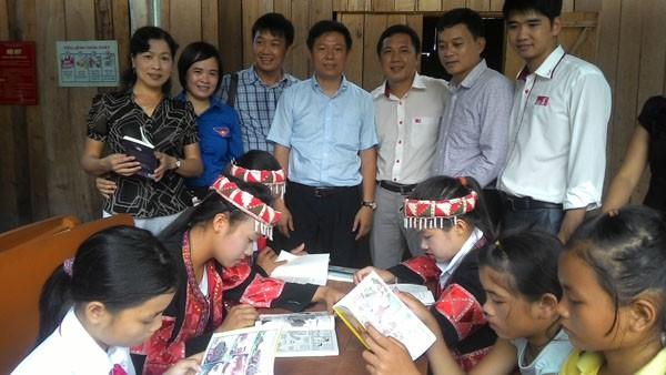 Tặng sách vở và chăn ấm cho học sinh biên giới Hà Giang ảnh 4
