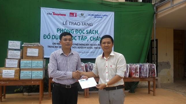 Tặng sách vở và chăn ấm cho học sinh biên giới Hà Giang ảnh 2