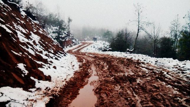 """Dân """"phượt"""" vượt đường lầy lội lên Y Tý ngắm tuyết ảnh 4"""