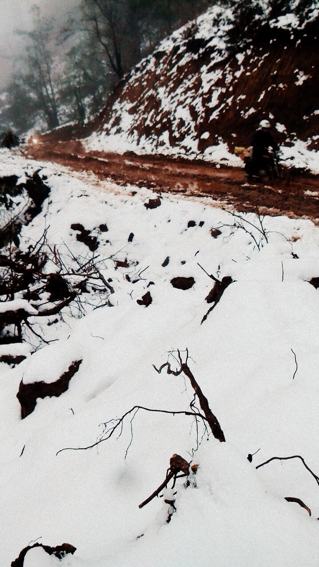"""Dân """"phượt"""" vượt đường lầy lội lên Y Tý ngắm tuyết ảnh 7"""