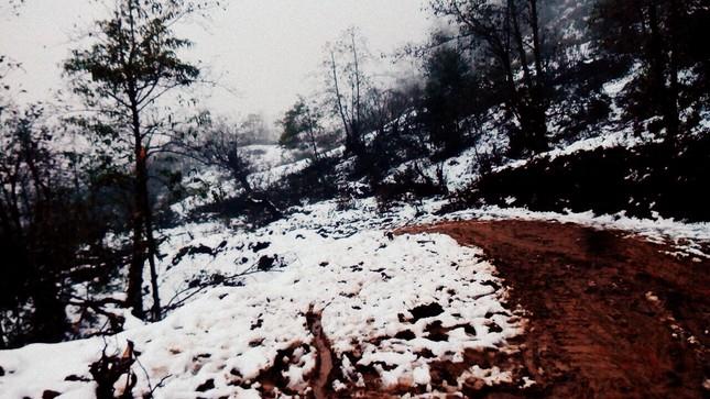 """Dân """"phượt"""" vượt đường lầy lội lên Y Tý ngắm tuyết ảnh 3"""