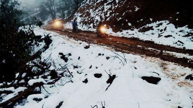"""Dân """"phượt"""" vượt đường lầy lội lên Y Tý ngắm tuyết ảnh 5"""