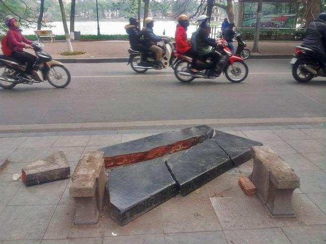 Ghế đá trăm tuổi tại Hồ Gươm bị xe tông vỡ nát ảnh 2