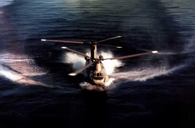 Mục kích trực thăng CH-47 hạ cánh trên mặt nước ảnh 1