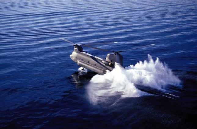 Mục kích trực thăng CH-47 hạ cánh trên mặt nước ảnh 2