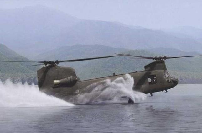 Mục kích trực thăng CH-47 hạ cánh trên mặt nước ảnh 3