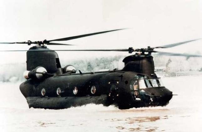 Mục kích trực thăng CH-47 hạ cánh trên mặt nước ảnh 4
