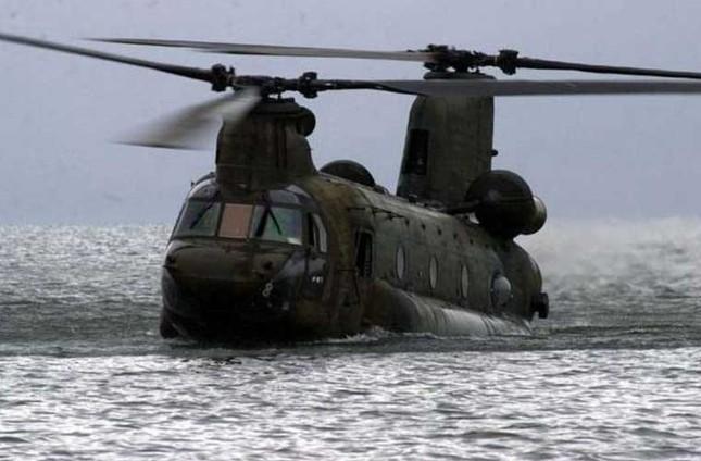 Mục kích trực thăng CH-47 hạ cánh trên mặt nước ảnh 6