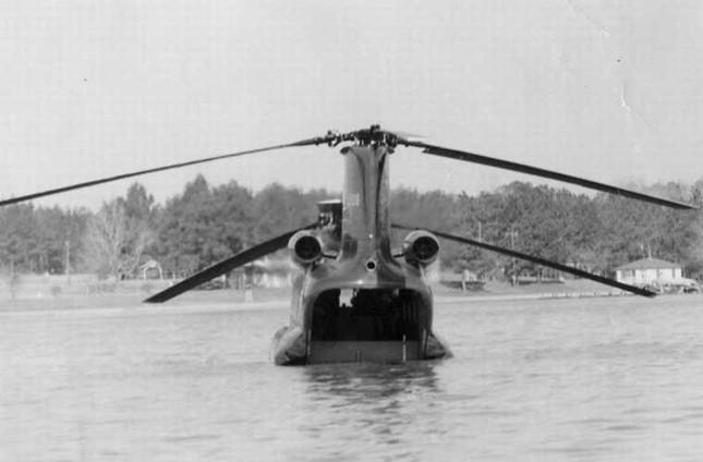 Mục kích trực thăng CH-47 hạ cánh trên mặt nước ảnh 7