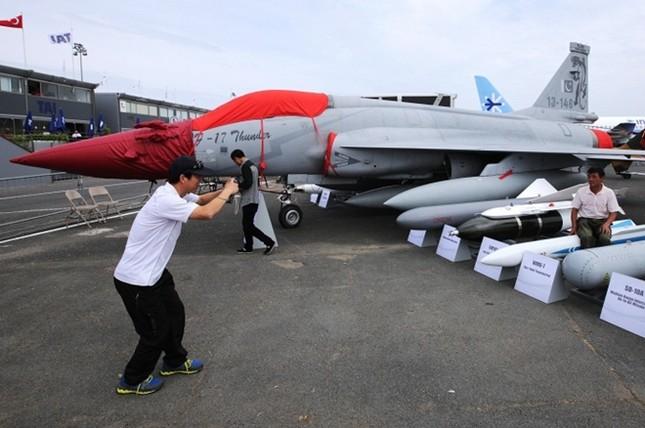 Chiến đấu cơ 'tranh tài' tại triển lãm hàng không Paris ảnh 9