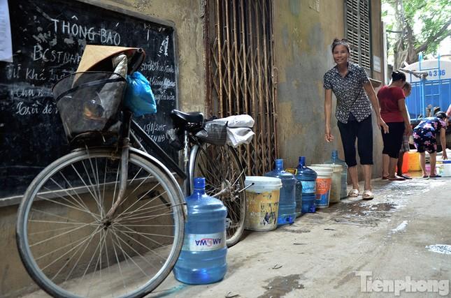 Cám cảnh người dân Thủ đô xách từng xô nước ở xe bồn ảnh 12