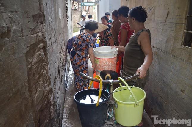 Cám cảnh người dân Thủ đô xách từng xô nước ở xe bồn ảnh 10