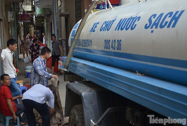 Cám cảnh người dân Thủ đô xách từng xô nước ở xe bồn ảnh 1