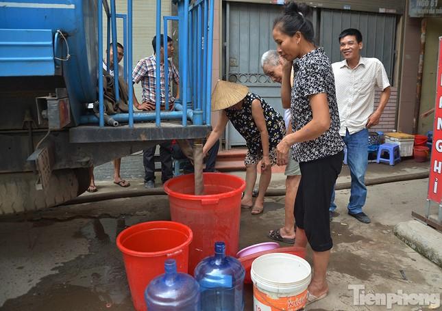 Cám cảnh người dân Thủ đô xách từng xô nước ở xe bồn ảnh 5