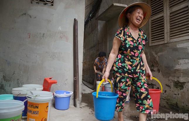Cám cảnh người dân Thủ đô xách từng xô nước ở xe bồn ảnh 4
