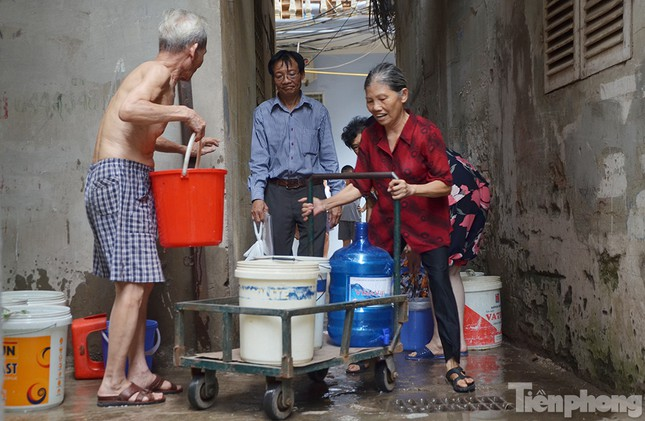 Cám cảnh người dân Thủ đô xách từng xô nước ở xe bồn ảnh 3