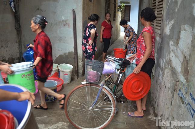 Cám cảnh người dân Thủ đô xách từng xô nước ở xe bồn ảnh 8