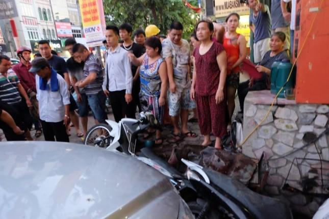 Ô tô mất lái tông hàng loạt xe máy, nhiều người nhập viện ảnh 1