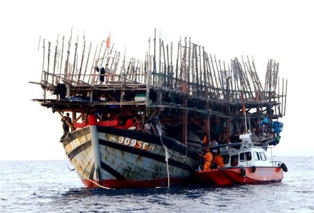 Đưa 38 ngư dân gặp nạn ở Trường Sa vào bờ an toàn ảnh 1