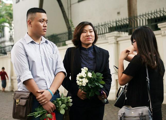 Hàng trăm người tại Hà Nội tưởng niệm nạn nhân vụ khủng bố Paris ảnh 1
