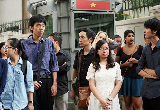 Hàng trăm người tại Hà Nội tưởng niệm nạn nhân vụ khủng bố Paris ảnh 2