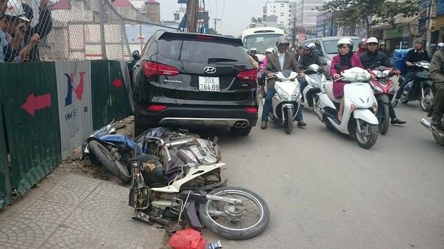 'Xe điên' đâm nát taxi, xe máy: Đường Trường Chinh tắc nghẽn ảnh 1