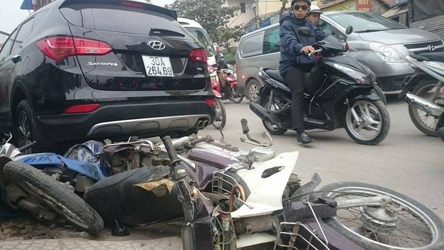'Xe điên' đâm nát taxi, xe máy: Đường Trường Chinh tắc nghẽn ảnh 2