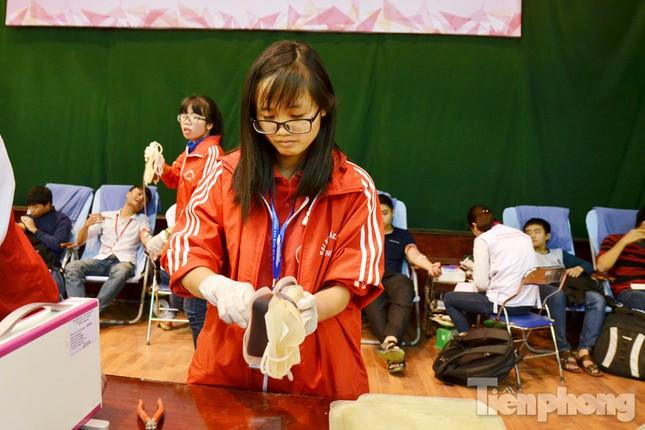 Chủ Nhật Đỏ 2016: Hàng trăm sinh viên tiếp tục hiến máu ảnh 9