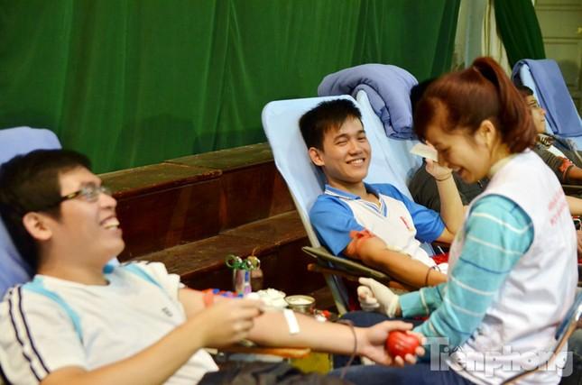 Chủ Nhật Đỏ 2016: Hàng trăm sinh viên tiếp tục hiến máu ảnh 11