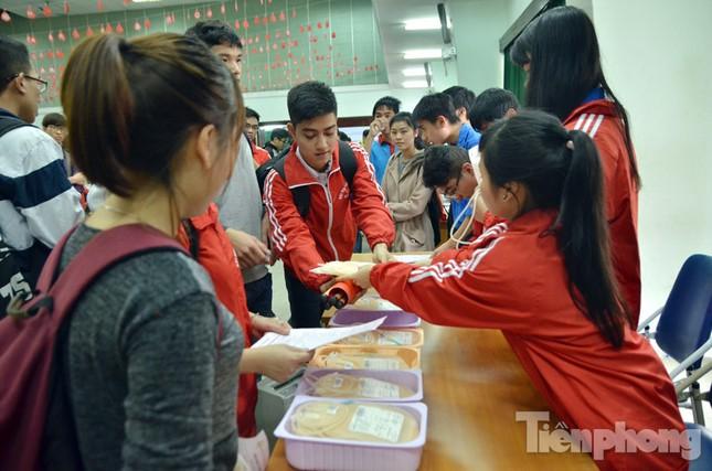 Chủ Nhật Đỏ 2016: Hàng trăm sinh viên tiếp tục hiến máu ảnh 8