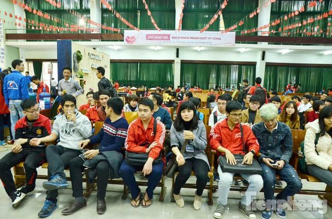 Chủ Nhật Đỏ 2016: Hàng trăm sinh viên tiếp tục hiến máu ảnh 7