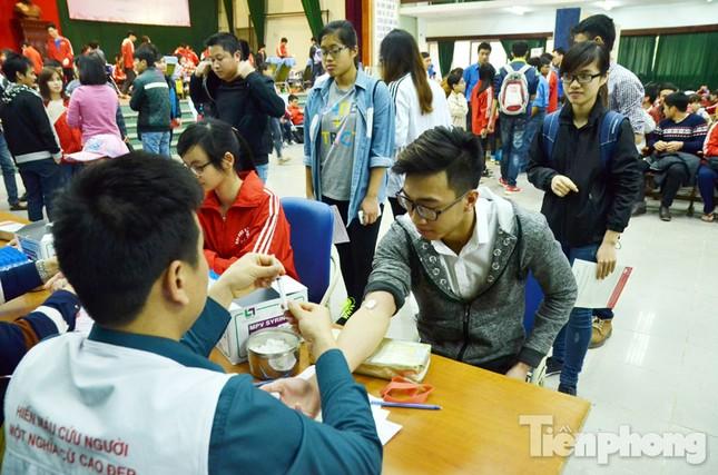 Chủ Nhật Đỏ 2016: Hàng trăm sinh viên tiếp tục hiến máu ảnh 5