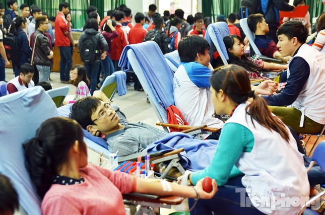 Chủ Nhật Đỏ 2016: Hàng trăm sinh viên tiếp tục hiến máu ảnh 1