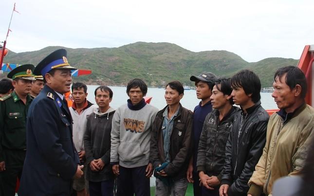 Cảnh sát biển cứu tàu cá cùng 10 ngư dân gặp nạn ảnh 2