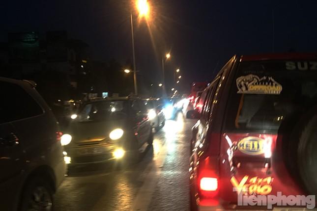 Ùn tắc hàng km trên đường vào chợ hoa Quảng An ảnh 12