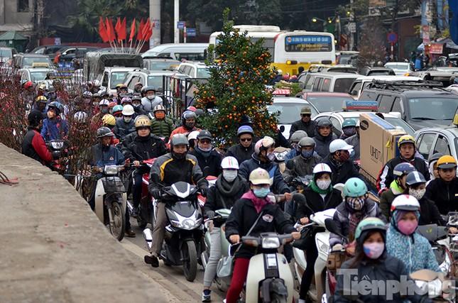 Ùn tắc hàng km trên đường vào chợ hoa Quảng An ảnh 4
