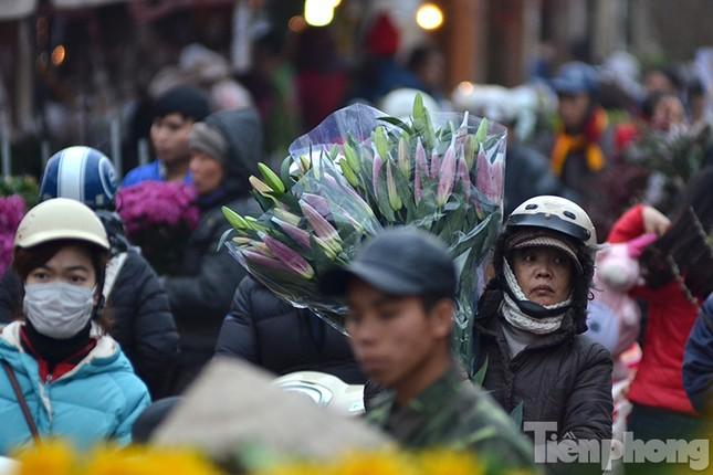 Ùn tắc hàng km trên đường vào chợ hoa Quảng An ảnh 7