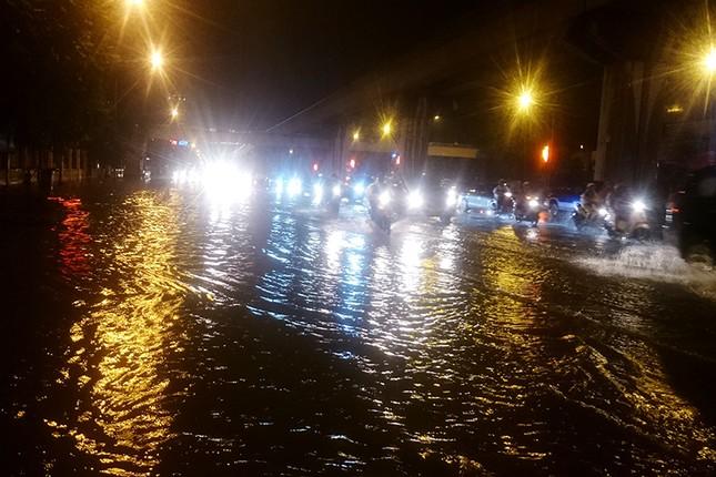 Hà Nội: Mưa lớn nhiều tuyến đường ùn tắc, ngập sâu nửa mét ảnh 4