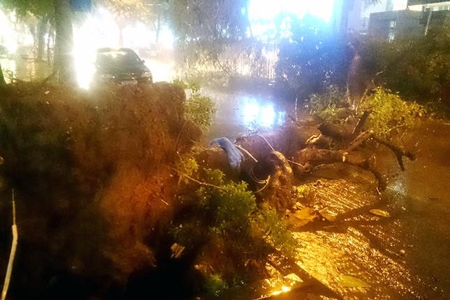 Hà Nội: Mưa lớn nhiều tuyến đường ùn tắc, ngập sâu nửa mét ảnh 2