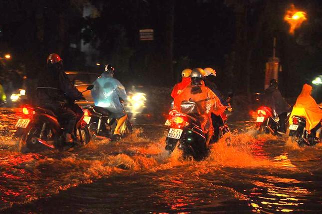 Hà Nội: Mưa lớn nhiều tuyến đường ùn tắc, ngập sâu nửa mét ảnh 12