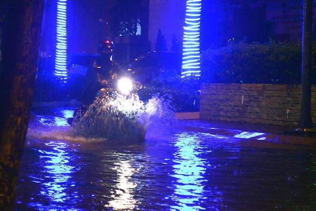 Hà Nội: Mưa lớn nhiều tuyến đường ùn tắc, ngập sâu nửa mét ảnh 9