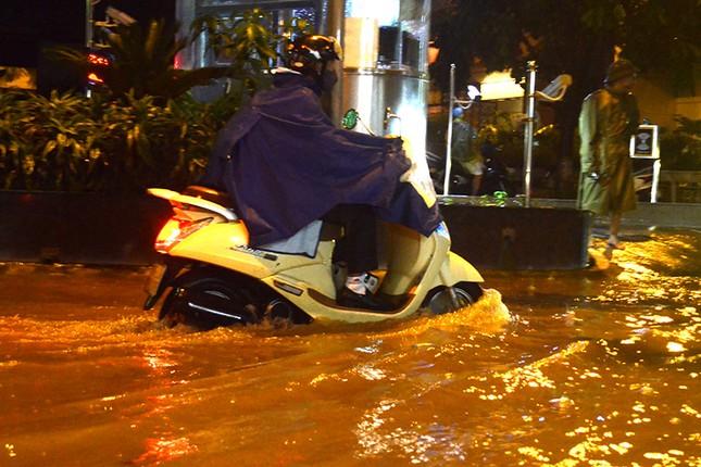 Hà Nội: Mưa lớn nhiều tuyến đường ùn tắc, ngập sâu nửa mét ảnh 10